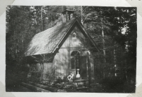 Kaplička zasvěcená sv. Anně na snímku v rodinném albu z konce 50. let. O několik let později byla stavba rozebrána.