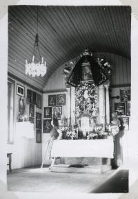 Interiér kapličky sv. Anny na snímku v rodinném albu koncem 50. let.