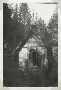Kaplička zasvěcená sv. Anně na snímku v rodinném albu z konce 60. let. O několik let později byla stavba rozebrána.