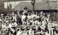 Školka v České Třebové, pamětnice uprostřed s míčem, 1932