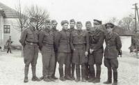 Štáb výcvikového praporu, velitel Brezany (uprostřed vedle ruského důstojníka), 16. 4. 1945
