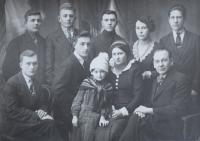 Otec Antonín s brigádou mládeže a dcerou (uprostřed), cca 1934