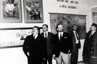 František Hýbl (třetí zleva) ukazuje expozici školní třídy z doby komunismu / první zleva Petr Pithart / Přerov 1992