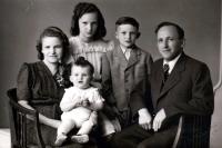 František Hýbl s rodiči a sourozenci (vpředu v náručí matky) / Citov 1942