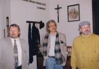 František Hýbl (vlevo) ukazuje expozici školní třídy z doby Rakousko-Uherska / uprostřed bývalý ministr kultury Pavel Dostál / 90. léta