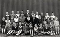 František Hýbl v kolektivu 4. třídy / uprostřed v černém obleku jeho otec / kolem roku 1950