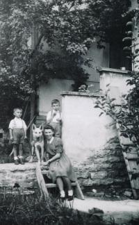 Teta Květa, Karel s bratrem 1946