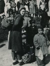 1944 - Gelnica - matka s Karlem a Ottou při odsunu ze Slovenska. Foto - neznámý fotograf