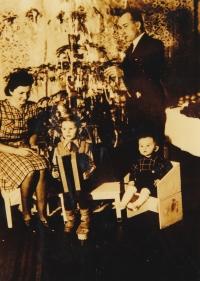 1942 - poslední společné Vánoce s matkou, otcem a bratrem