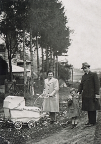 1941 - s otcem, matkou a bratrem v kočárku