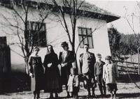 Švedlár - otcův rodný domek, širší rodina, babička odsunutá po válce druhá zleva
