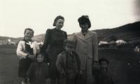 Maminka vpravo, Karel největší dítě + známí, vpravo Trouda, která zahynula ve sběrném táboře po válce
