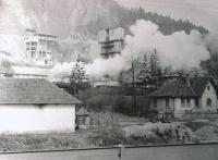 (1964 foceno) vápenka, rodný dům vlevo uprostřed s bílou střechou