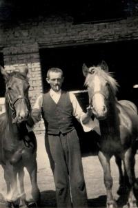 Otec Ludmily Machalové u Bakalových s koňmi