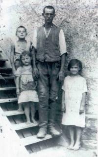 Ludmila Machalová (první zprava) s otcem a sourozenci na statku Bakalových v Holešově na Plačkově, kde rodiče pracovali jako deputátníci