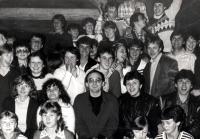 Adam Rucki (uprostřed) s mládeží před odebráním státního souhlasu / před kostelem v Třinci-Gutech 1984