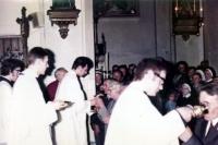 Adam Rucki slouží první mši svatou a podává při eucharistii víno svému otci / Český Těšín 1974