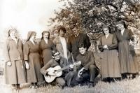 Seminarista Adam Rucki (s kytarou) se sestřičkami v Bílé Vodě / 1970