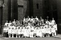 Adam Rucki (dole uprostřed) při slavnosti prvního svatého přijímání / Třinec 1982