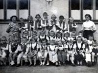 Adam Rucki (úplně vlevo dole) ve školce / Bukovec 1955