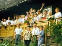 Adam Rucki s maminkou (zprava dole), rodinou a přáteli / Bukovec 2000
