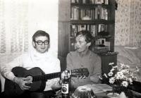 Adam Rucki (s kytarou) na návštěvě přítele v Uherském Brodě / 1974