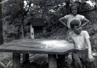Adam Rucki s mladší sestrou Alenou / Bukovec kolem roku 1959