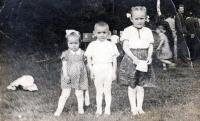 Adam Rucki se svými sestrami Annou a Alenou / Bukovec 1955