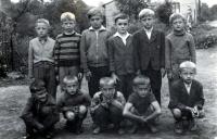 Adam Rucki (třetí zprava nahoře) se spolužáky / Bukovec