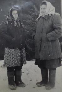 S kamarádkou, Nadija Andrijivna vlevo