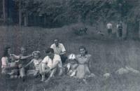 Pamětnice zcela vlevo s manželem a přáteli na Bezedníku (pův. trampská Osada hladových vlků)