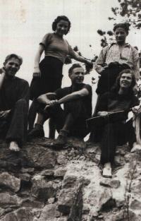 Pamětnice stojící vlevo s přáteli a manželem na Lukově