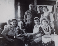 Kuchyňský personál důstojnické jídelny, maminka Marie (vlevo)