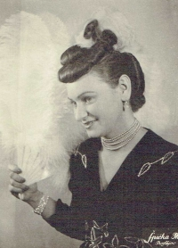 Božena Koutná na módní přehlídce, 1947