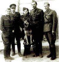 Výcviková jednotka na Slovensku, vlevo velitel kpt. Brezany, 1945