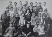 Ve škole v Rusku, pamětnice v tmavém zcela vpravo, cca 1938