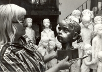 Marie Uchytilová s bustou lidické dívenky (70. léta)