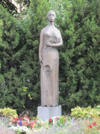 Bronzová socha Lidická matka akademické sochařky Marie Uchytilové před gymnáziem v Kladně
