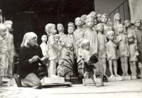 Marie Uchytilová při práci na sousoší lidických dětí (1981)