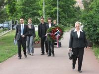 Ze setkání u lidického pomníčku v Plzni na Lochotíně s primátorem Martinem Baxou – uprostřed s věncem Lukáš Mácha a Pavel Motejzík z Majáku Plzně (r. 2012)