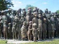 Pohled na bronzové sousoší lidických dětí, celoživotní dílo akademické sochařky Marie Uchytilové