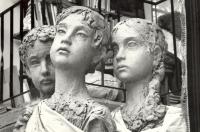 Velká trojice soch lidických dětí z hlíny