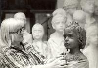 Marie Uchytilová při modelaci sochy lidické dívenky (70. léta)