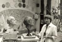 Sylvia Klánová, dcera Marie Uchytilové, modeluje v ateliéru portrét dle předlohy