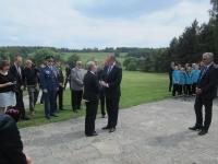Slovenský prezident Andrej Kiska a Sylvia Klánová před pomníkem při vzpomínce na lidické děti a akademickou sochařku Marii Uchytilovou (10. června 2015)