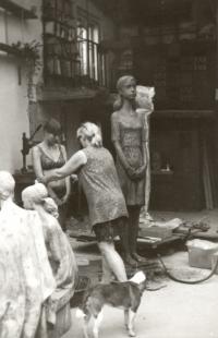 Marie Uchytilová při modelování sochy lidické dívky s dcerou Sylvií Klánovou (70. léta)