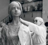 Marie Uchytilová při modelaci sochy lidické dívky v roce 1988
