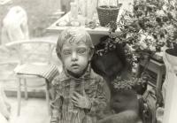 Pohled do ateliéru na sochu Vězeň, nad ní malý model lidického sousoší (r. 1989)