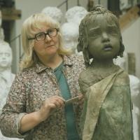 Marie Uchytilová při modelaci sochy lidické holčičky (70. léta)