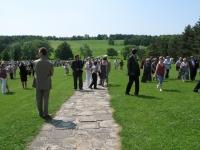 Pohled na lidickou pláň od pomníku – na cestě Sylvia Klánová s manželem a vnukem Martinem (r. 2010)